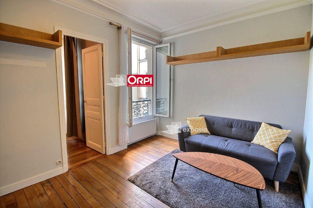 Appartement à louer 2 38m2 à Paris 18 vignette-1