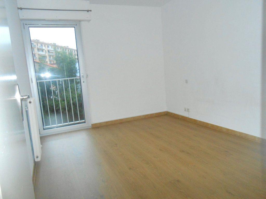 Appartement à louer 3 70.17m2 à Ajaccio vignette-5