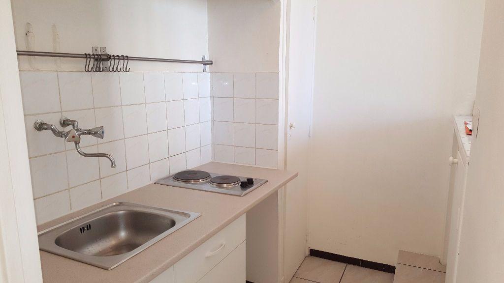 Appartement à louer 1 0m2 à Marseille 5 vignette-2