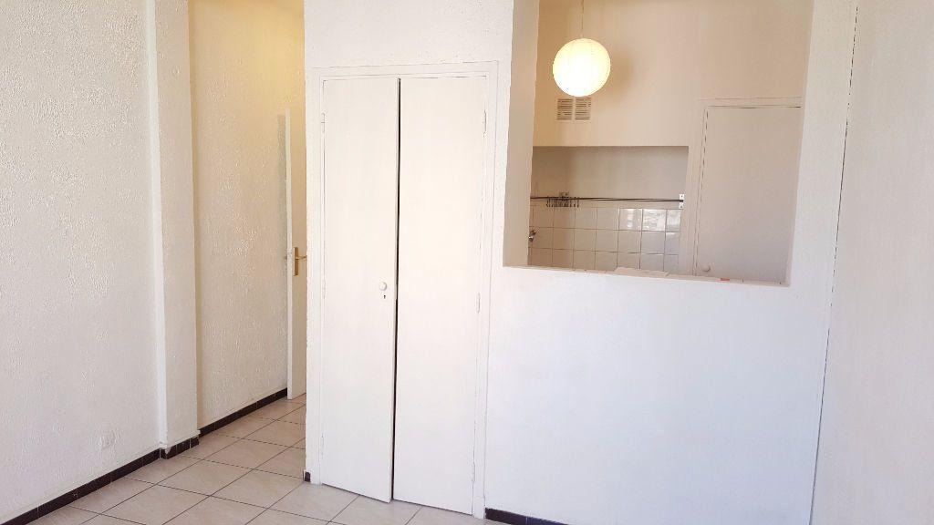 Appartement à louer 1 0m2 à Marseille 5 vignette-3