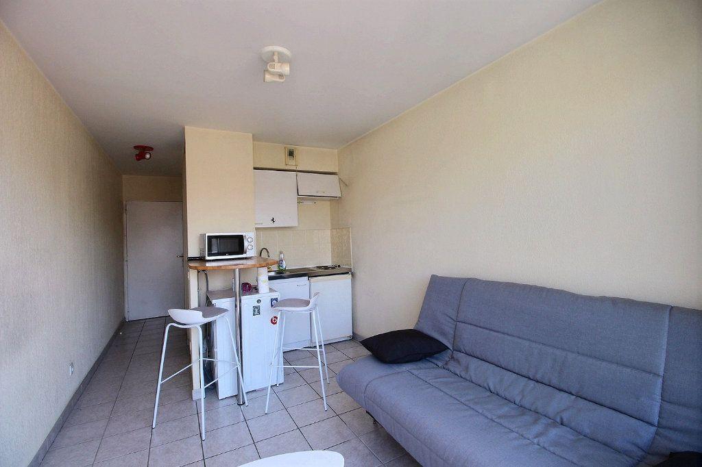 Appartement à louer 1 18m2 à Marseille 5 vignette-1