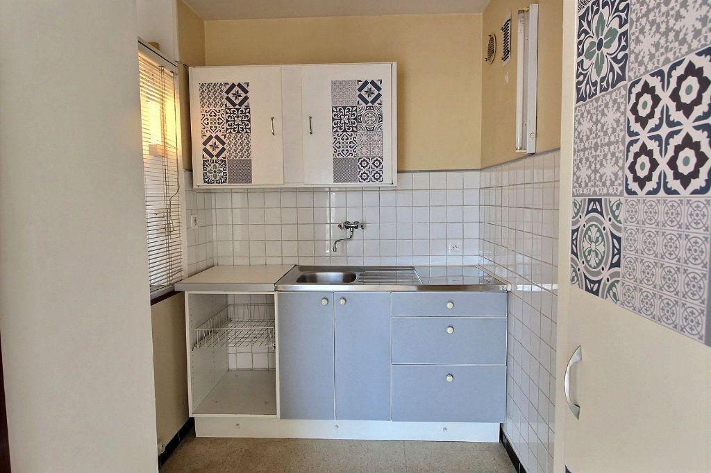 Appartement à louer 1 33m2 à Marseille 5 vignette-3