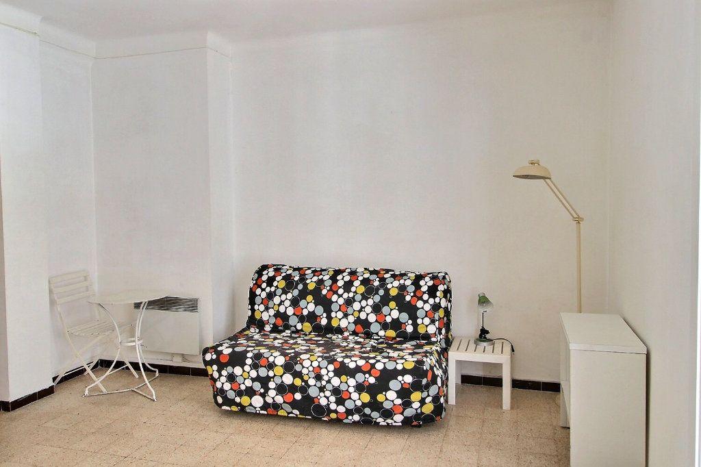 Appartement à louer 1 28m2 à Marseille 5 vignette-1