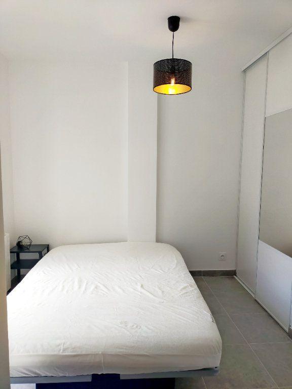 Appartement à louer 2 21m2 à Fontainebleau vignette-3