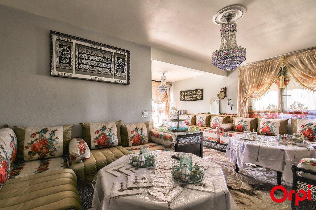 Appartement à vendre 3 71m2 à Vaulx-en-Velin vignette-1