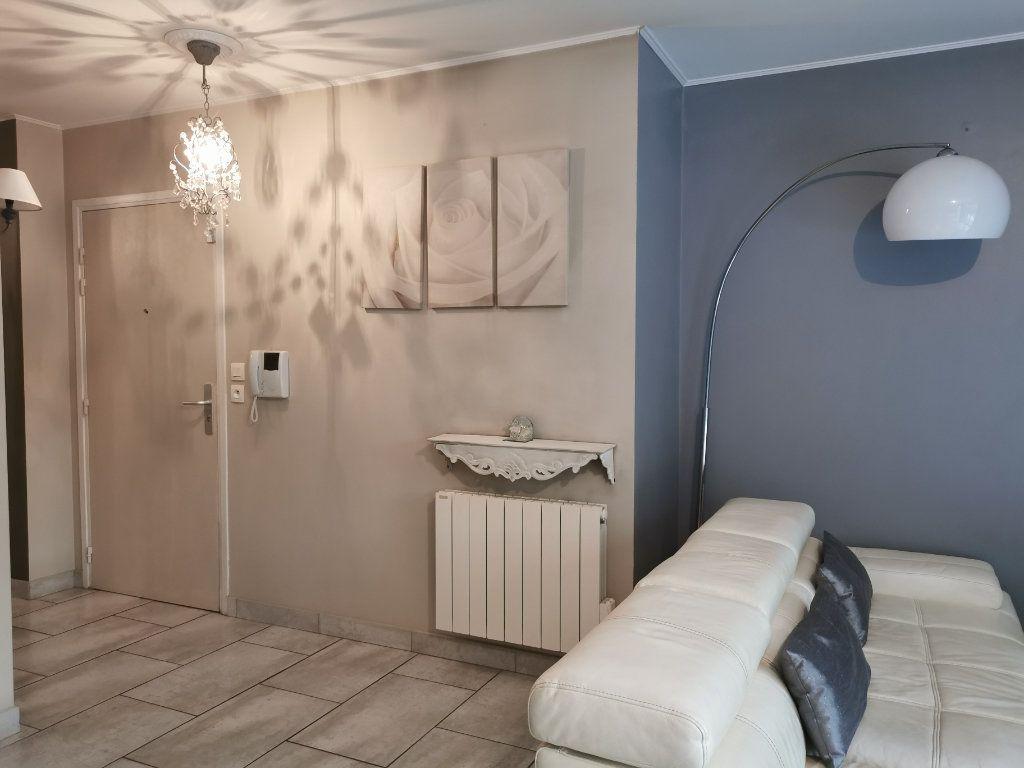Appartement à louer 3 65.02m2 à Vaulx-en-Velin vignette-1