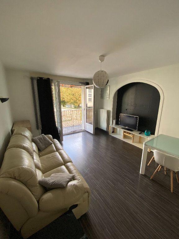 Appartement à louer 3 65.3m2 à Vaulx-en-Velin vignette-1