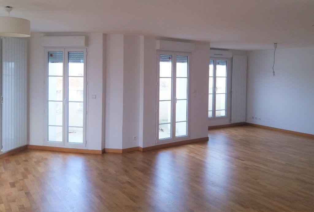Appartement à louer 3 115.75m2 à Compiègne vignette-1