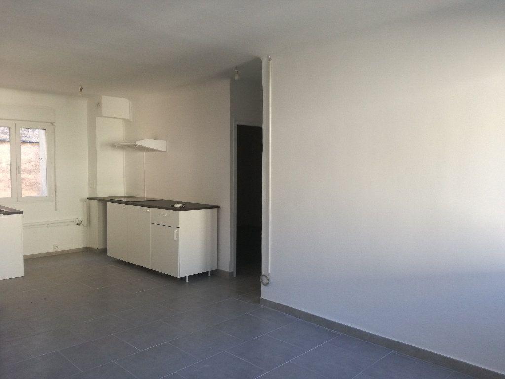 Appartement à louer 3 54m2 à Remoulins vignette-1