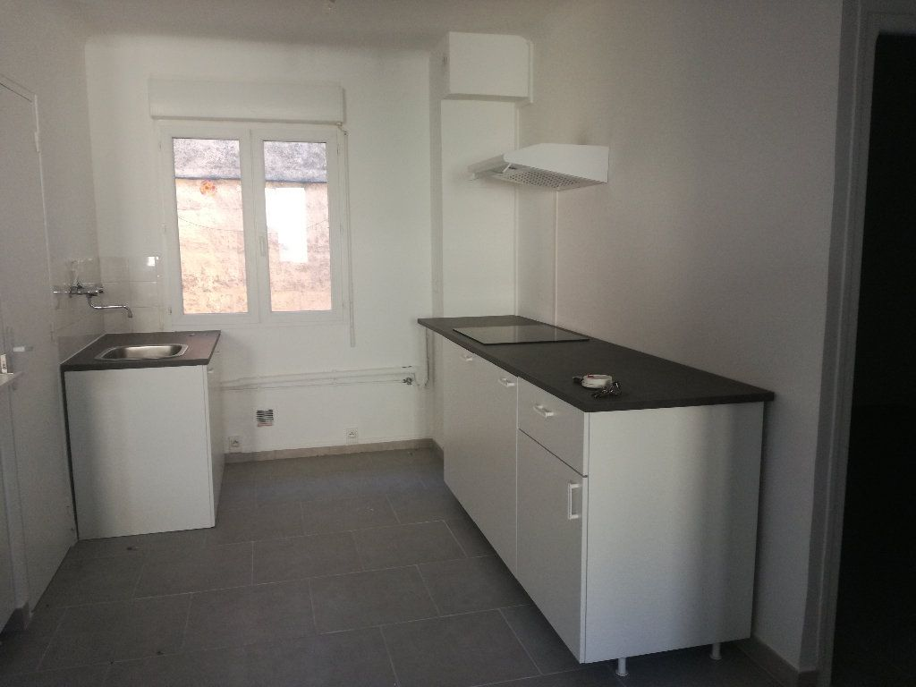Appartement à louer 3 54m2 à Remoulins vignette-2
