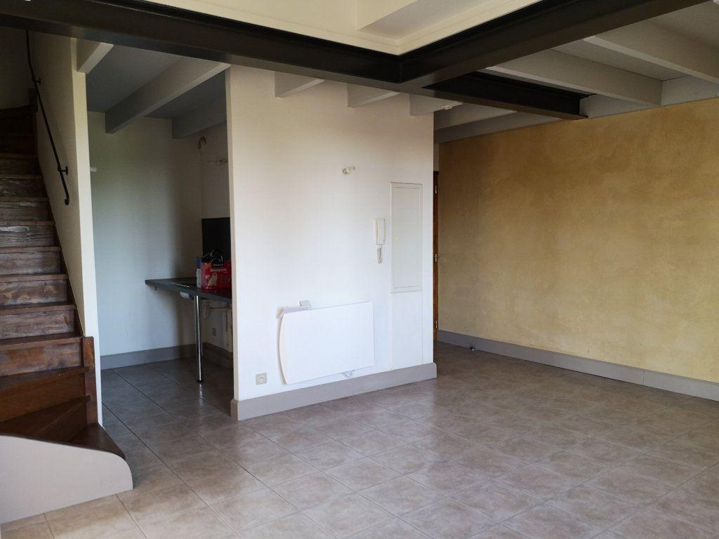 Appartement à louer 3 59m2 à Remoulins vignette-1
