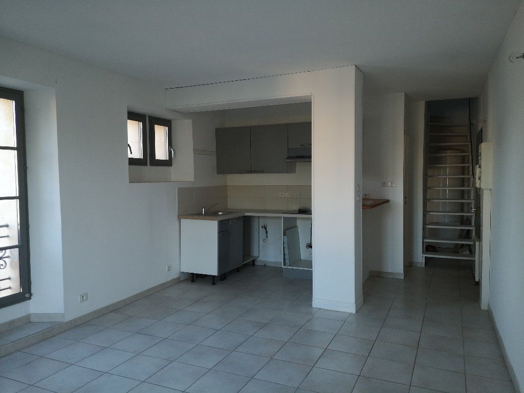 Appartement à louer 3 50m2 à Uzès vignette-1