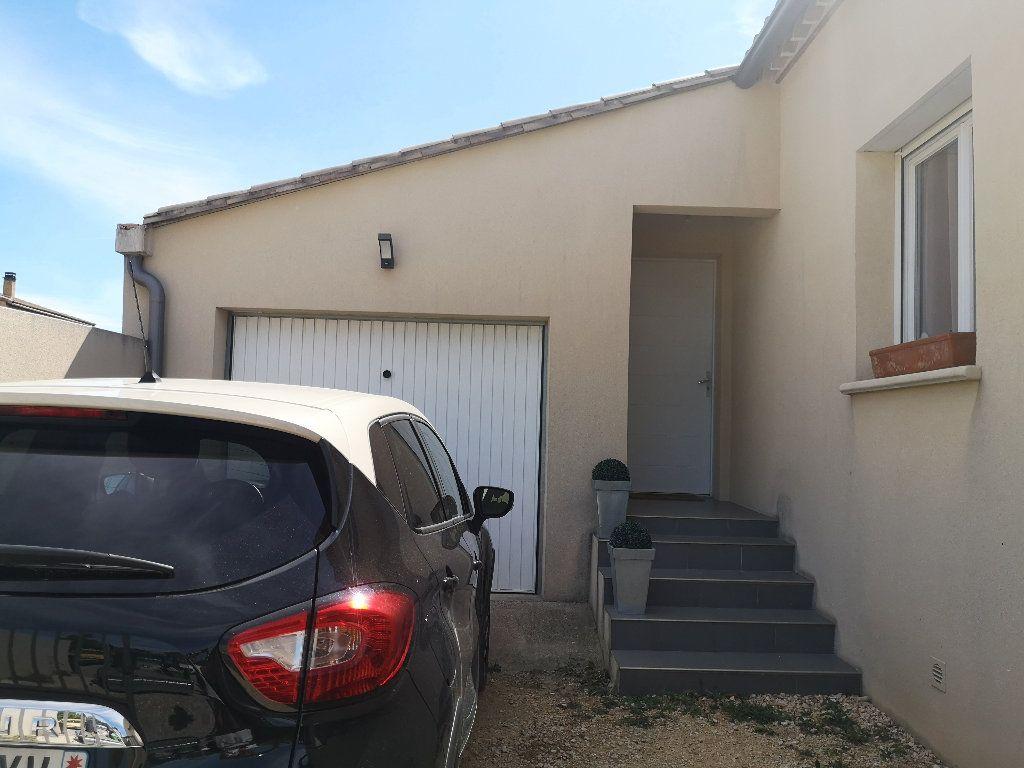 Maison à louer 4 100m2 à Saint-Hilaire-d'Ozilhan vignette-3