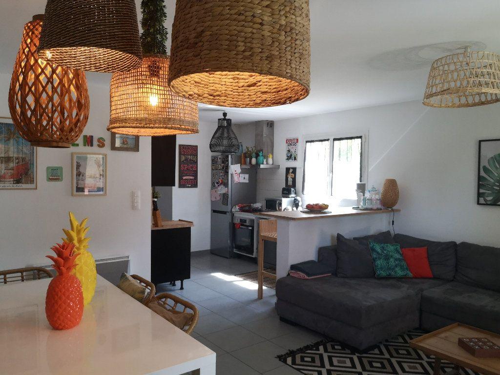Maison à louer 4 100m2 à Saint-Hilaire-d'Ozilhan vignette-6