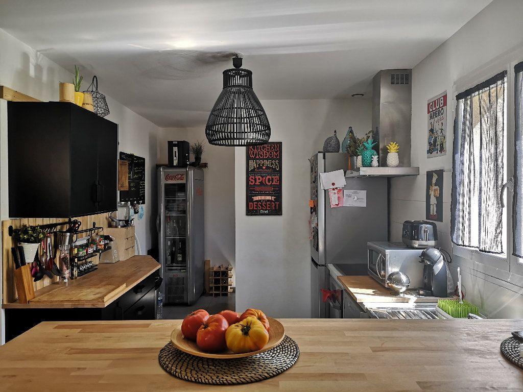 Maison à louer 4 100m2 à Saint-Hilaire-d'Ozilhan vignette-9