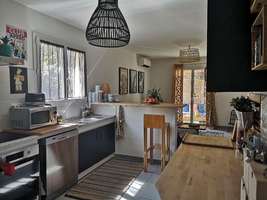 Maison à louer 4 100m2 à Saint-Hilaire-d'Ozilhan vignette-10