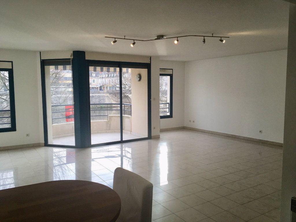 Appartement à louer 4 115.73m2 à Terrasson-Lavilledieu vignette-1