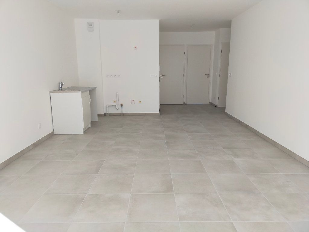 Appartement à louer 3 57.6m2 à Nice vignette-3
