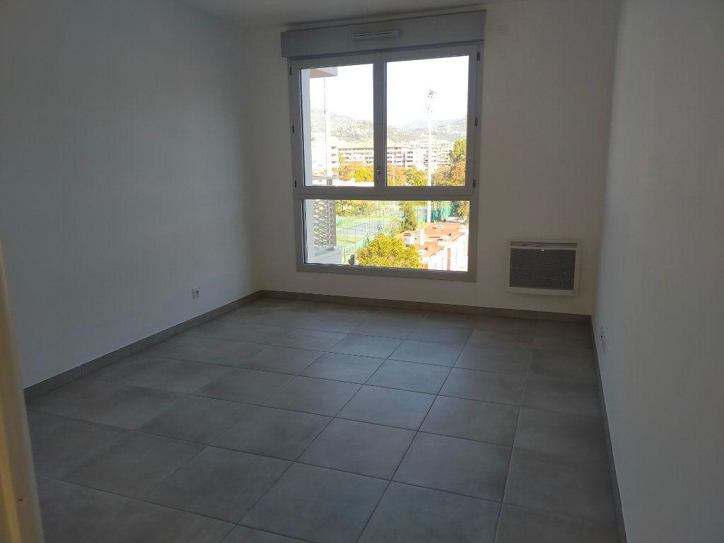 Appartement à louer 3 57.6m2 à Nice vignette-4