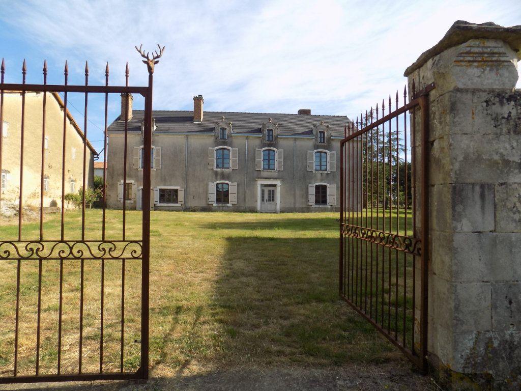Maison à vendre 10 380m2 à Ménigoute vignette-1