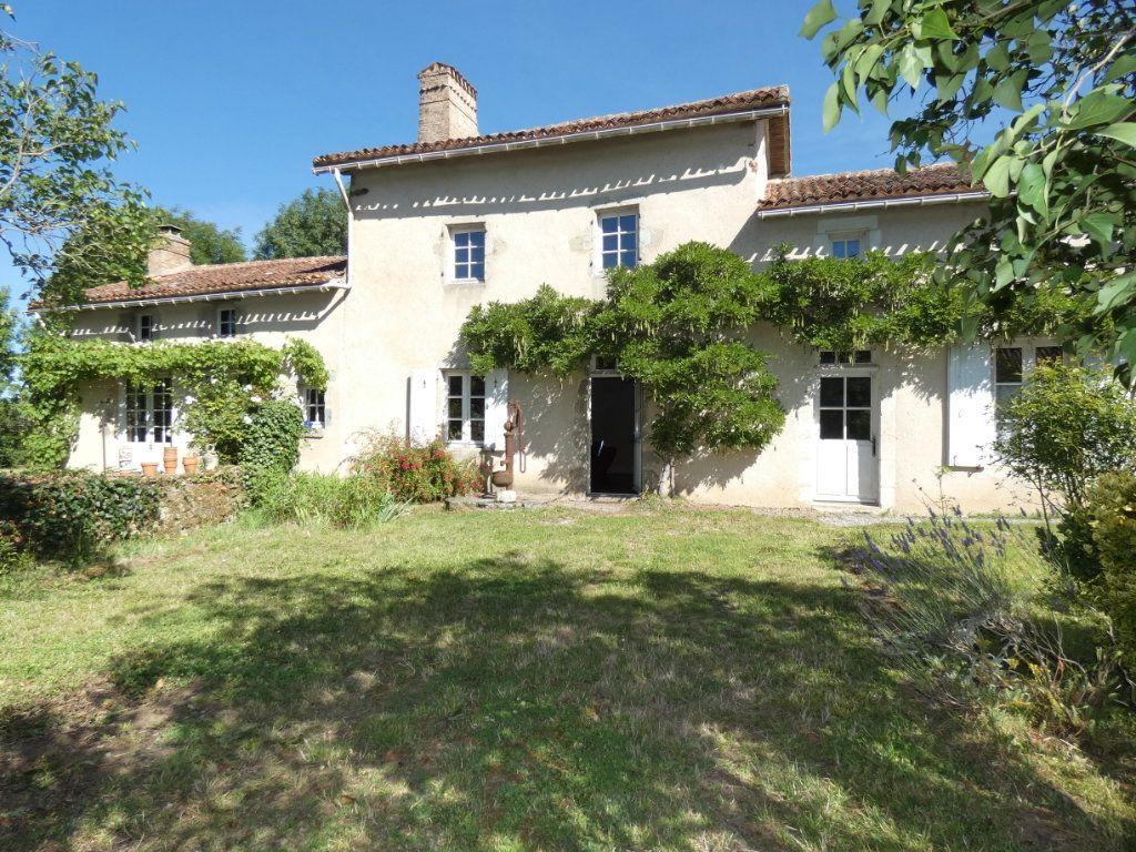 Maison à vendre 4 130m2 à Beaulieu-sous-Parthenay vignette-1