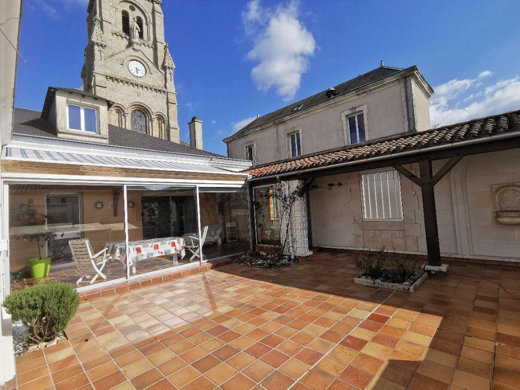 Maison à vendre 5 180.3m2 à Parthenay vignette-1