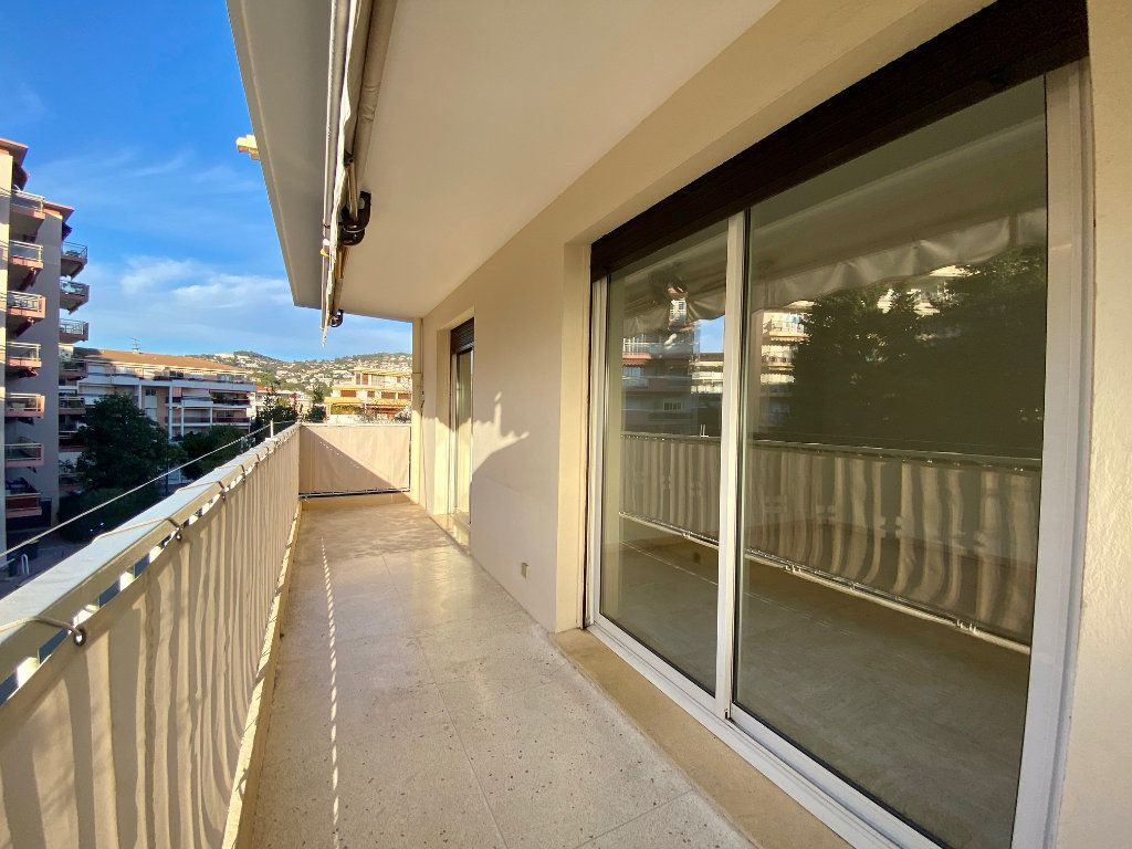 Appartement à louer 4 63.4m2 à Cannes vignette-2