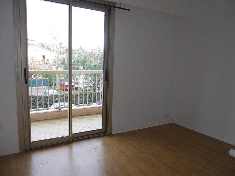 Appartement à louer 3 69.9m2 à Saint-Laurent-du-Var vignette-3
