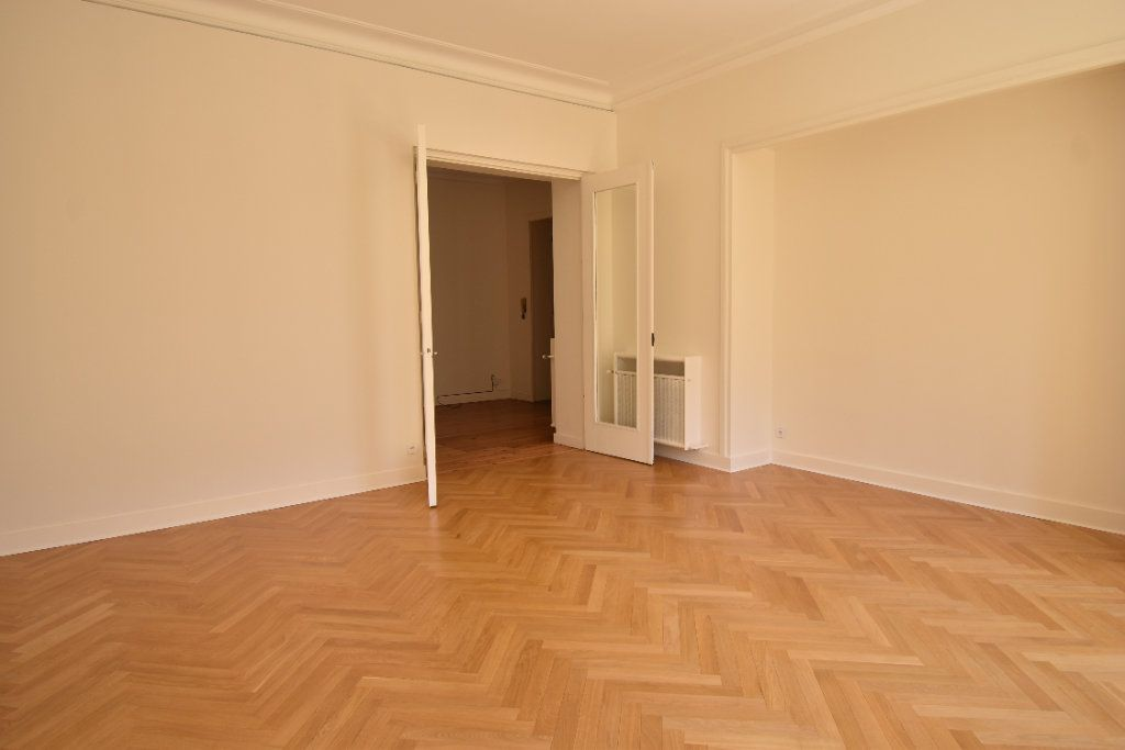 Appartement à louer 3 124.8m2 à Valence vignette-2