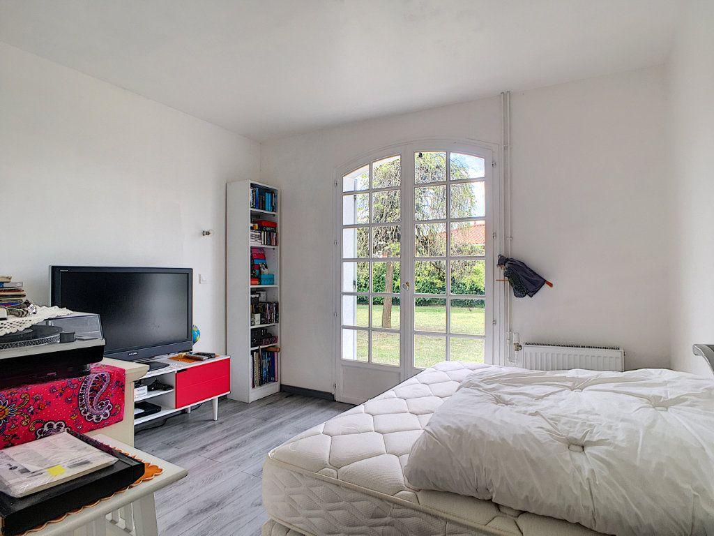 Maison à vendre 4 134m2 à Ambarès-et-Lagrave vignette-9