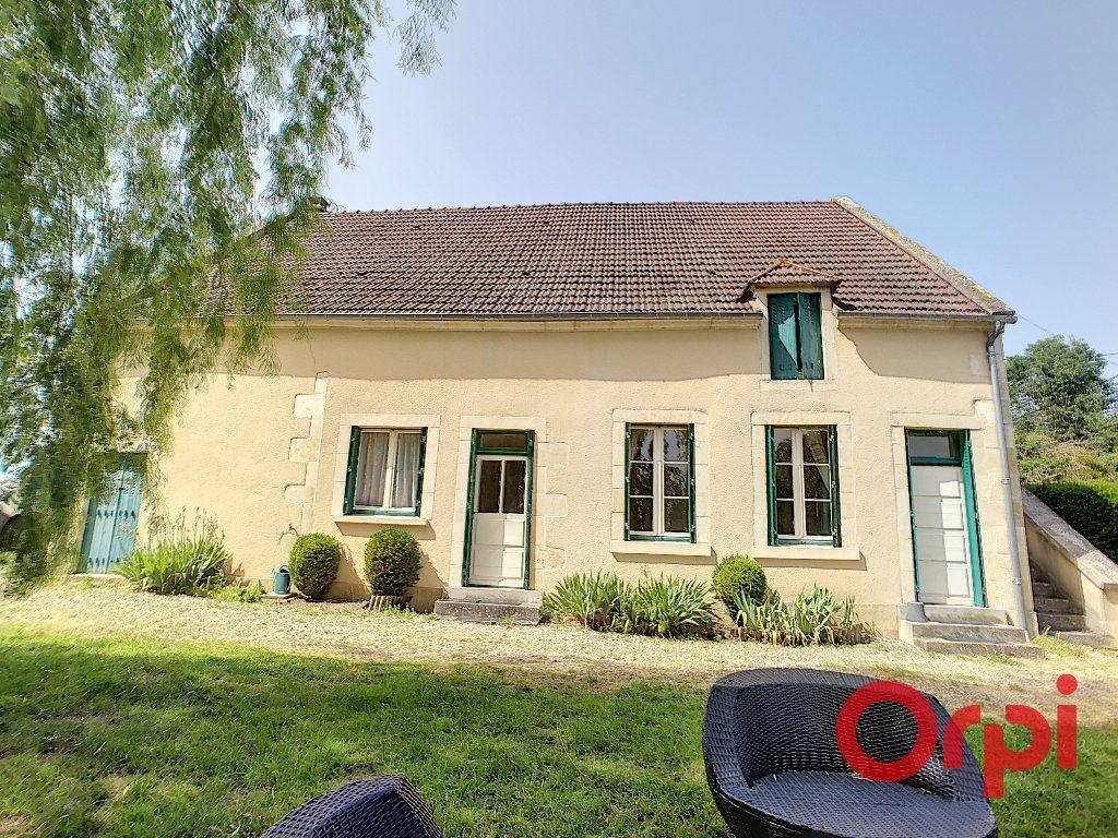 Maison à vendre 4 140m2 à Saint-Amand-Montrond vignette-1