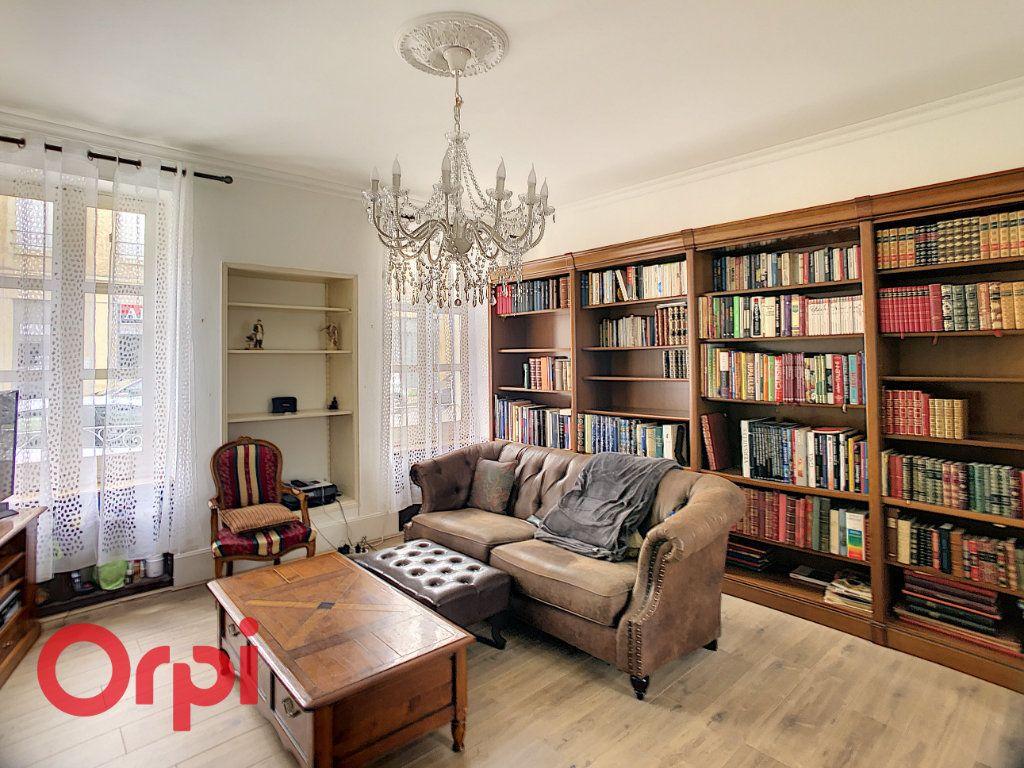 Maison à vendre 7 216m2 à Saint-Amand-Montrond vignette-1