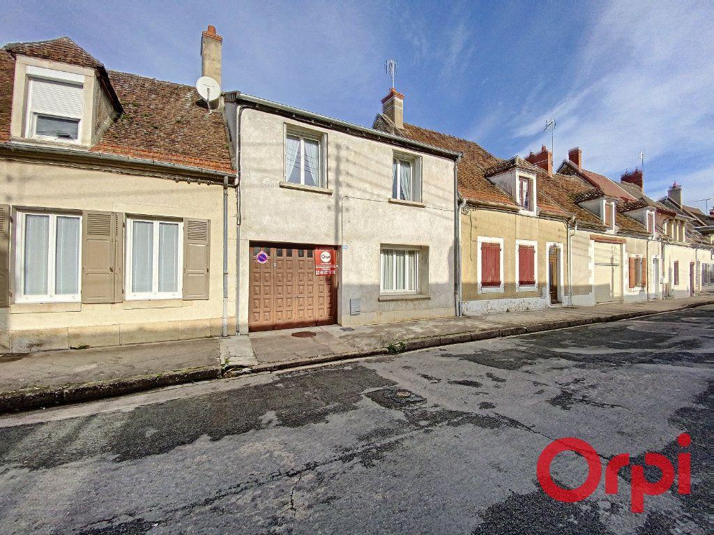 Maison à vendre 5 148m2 à Saint-Amand-Montrond vignette-1