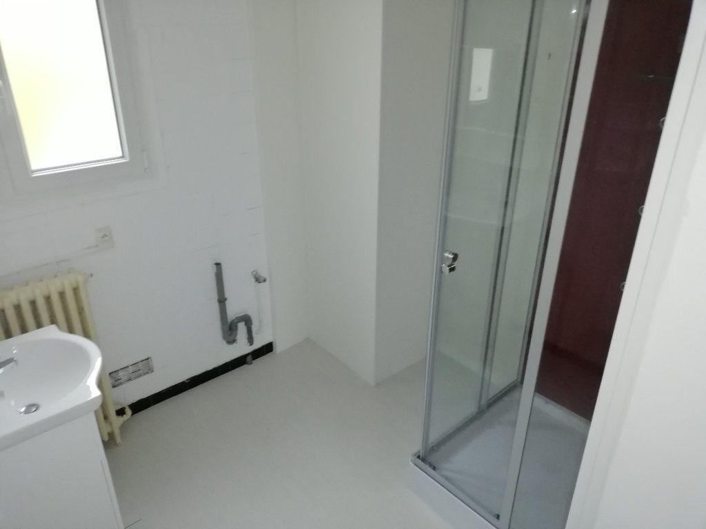 Appartement à louer 3 60.91m2 à Saint-Ambroix vignette-3