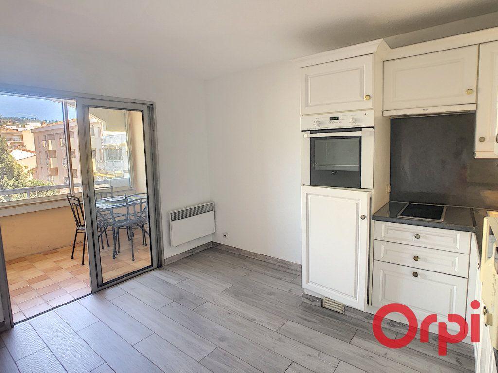 Appartement à louer 1 23.2m2 à Sainte-Maxime vignette-4