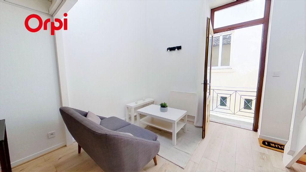 Appartement à louer 2 30m2 à Lyon 8 vignette-2