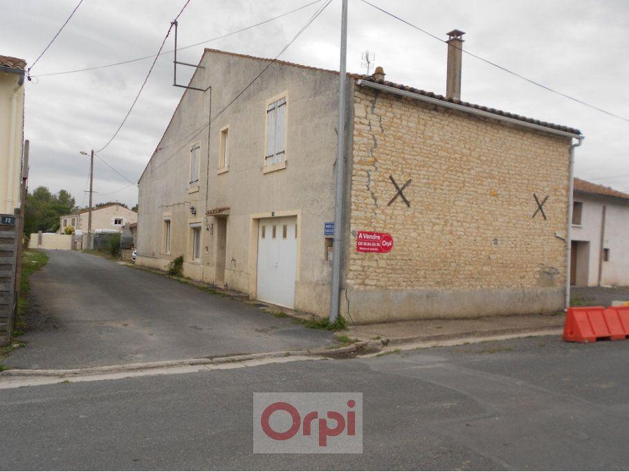Maison à vendre 5 160m2 à Saint-Hilaire-la-Palud vignette-1