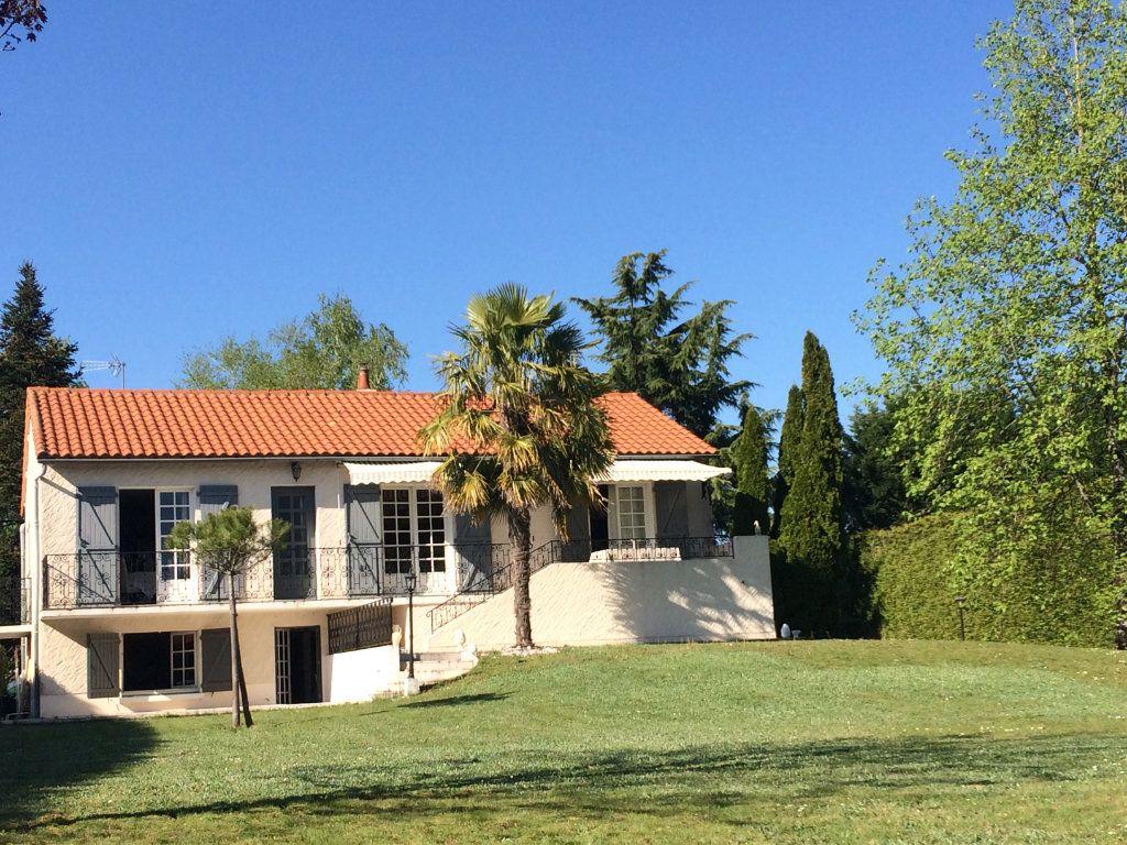 Maison à vendre 9 173m2 à Sauzé-Vaussais vignette-1