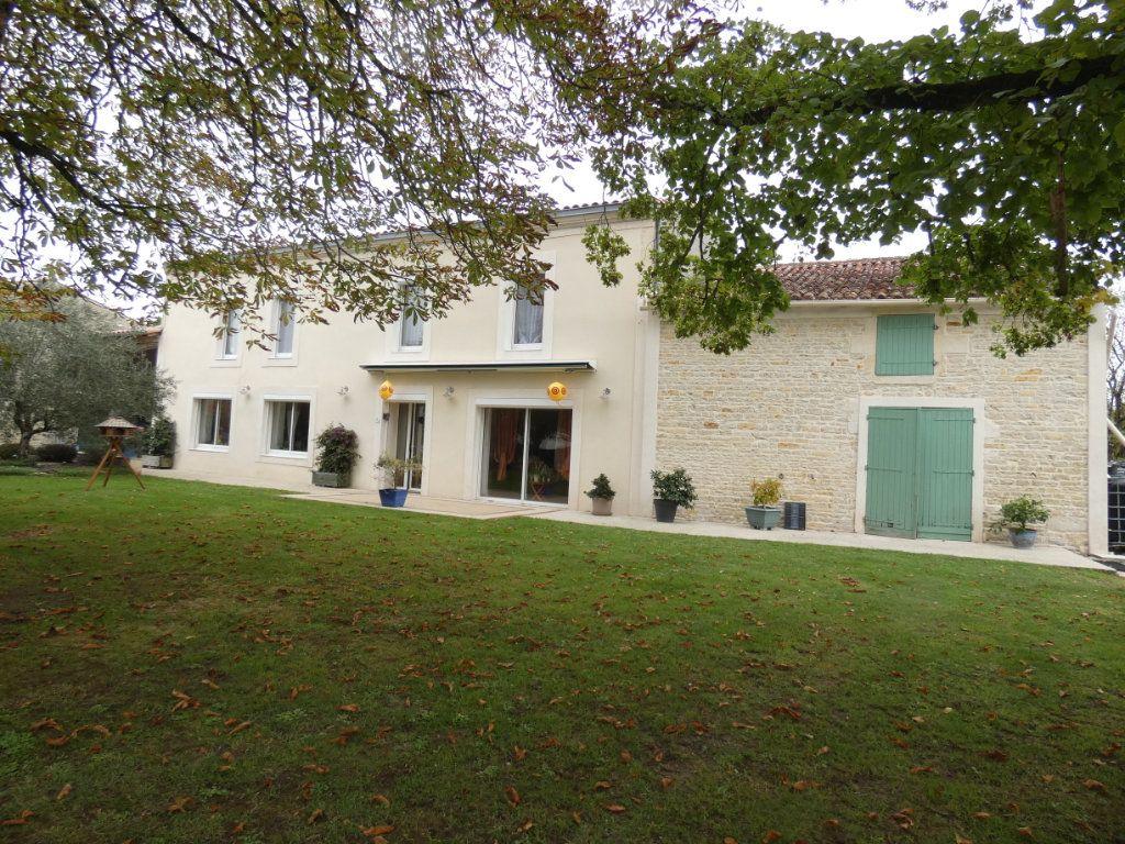 Maison à vendre 8 206m2 à Prissé-la-Charrière vignette-1