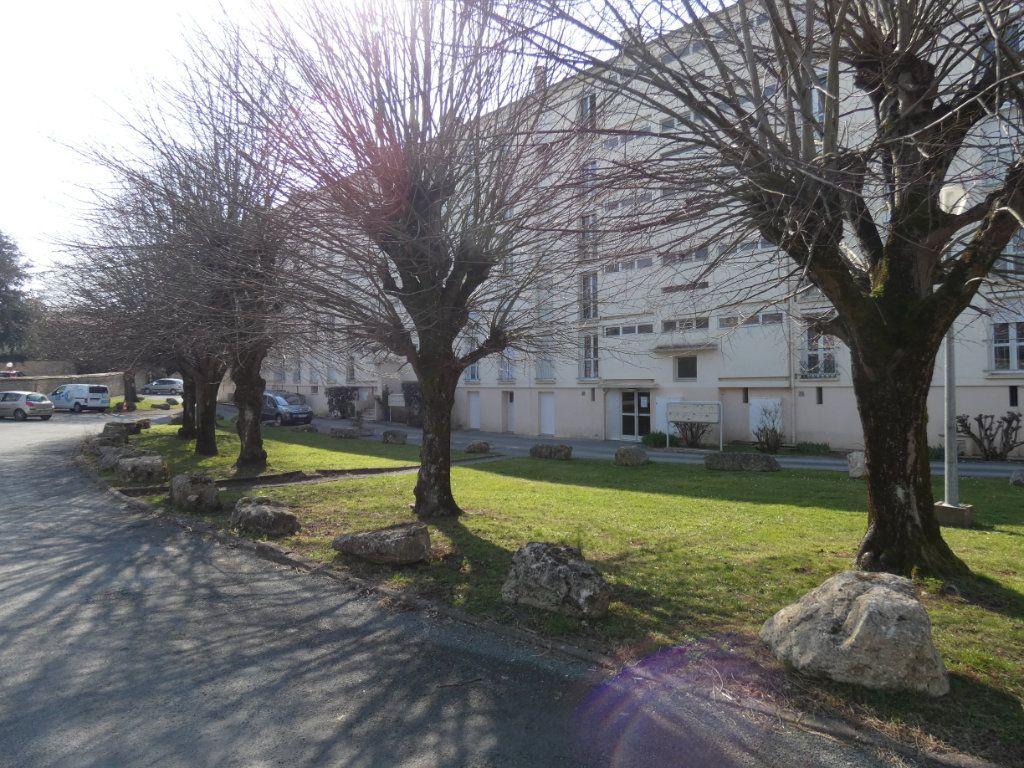 Appartement à vendre 3 65.3m2 à Niort vignette-2