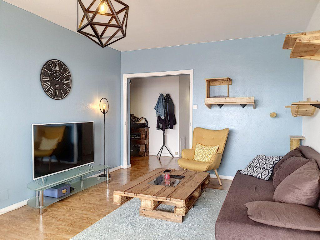 Appartement à louer 3 77.45m2 à La Roche-sur-Yon vignette-3
