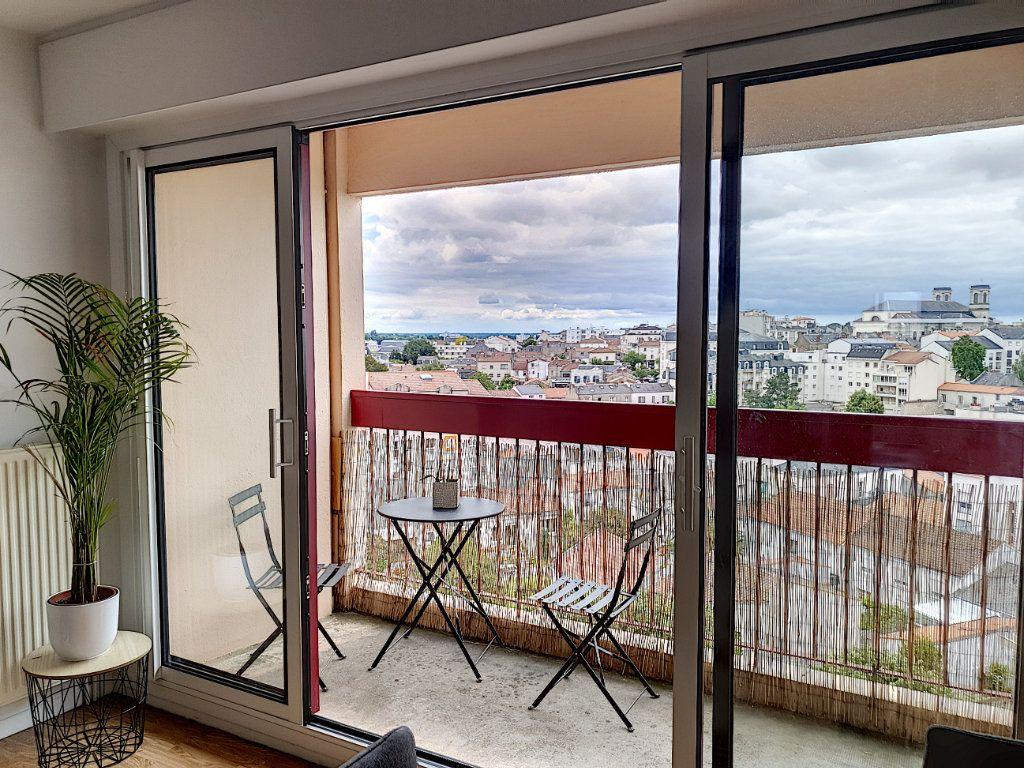 Appartement à louer 3 77.45m2 à La Roche-sur-Yon vignette-5