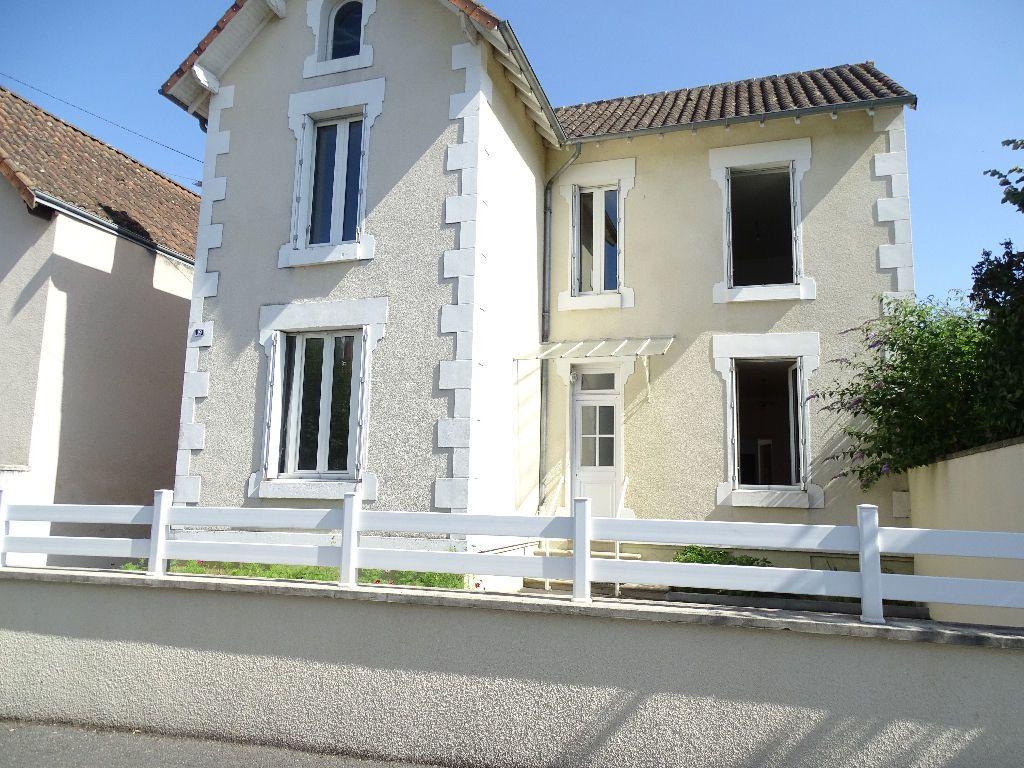 Maison à louer 6 111.5m2 à Saint-Junien vignette-1