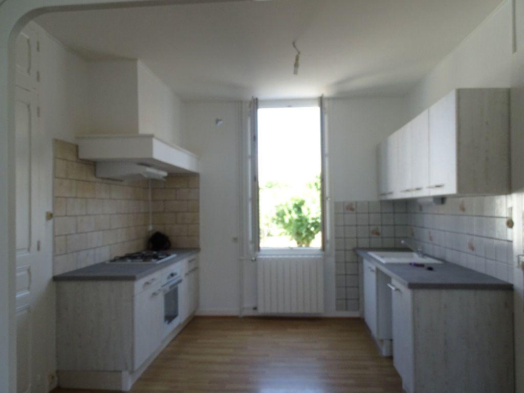 Maison à louer 6 111.5m2 à Saint-Junien vignette-2