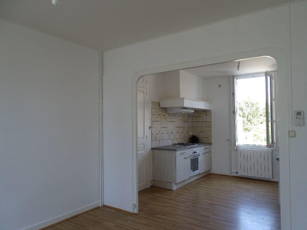 Maison à louer 6 111.5m2 à Saint-Junien vignette-3