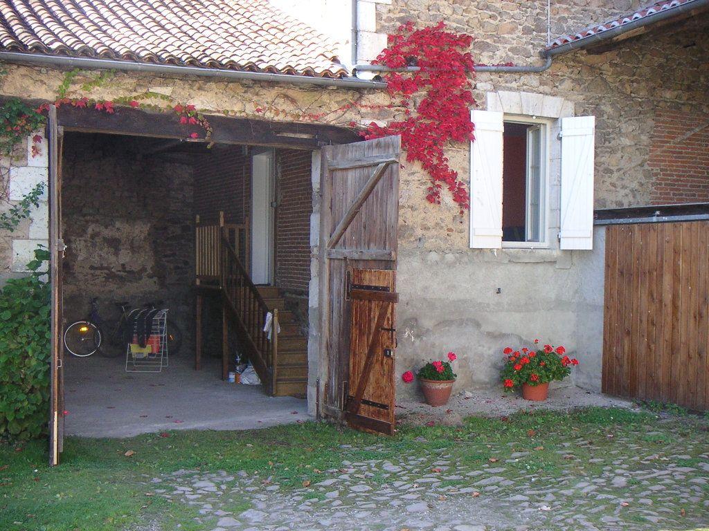 Maison à louer 4 109m2 à Étagnac vignette-1