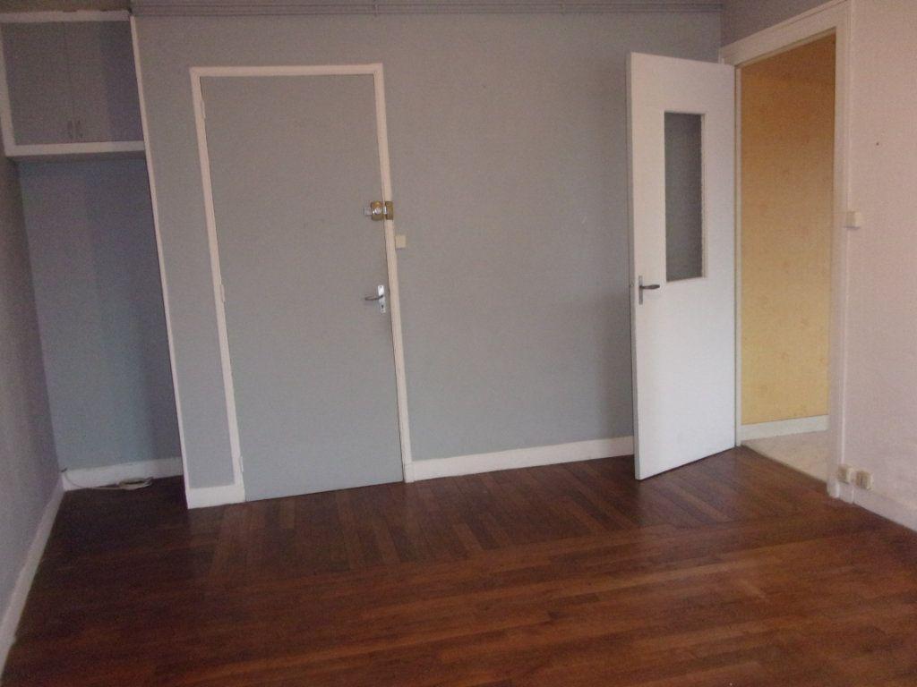 Appartement à louer 3 65m2 à Chabanais vignette-4