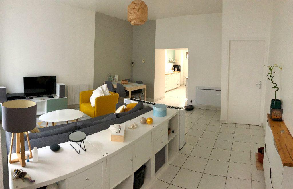 Appartement à louer 3 70m2 à Guingamp vignette-2