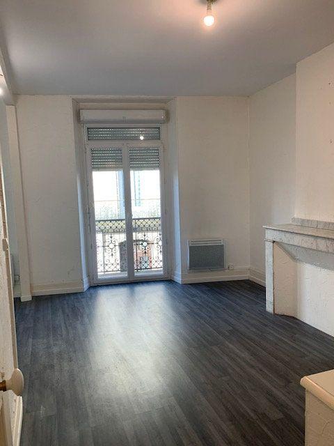 Appartement à louer 2 52m2 à Mazamet vignette-2