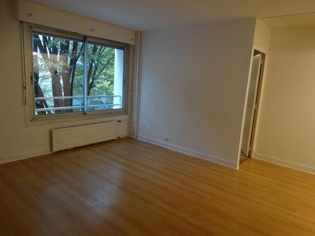 Appartement à louer 3 70m2 à Paris 15 vignette-3